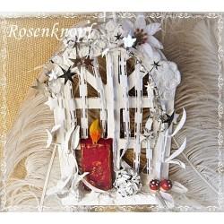 Weihnachtlich dekoriertes Holzfenster mit Engel in Weiß und Rot Unikat K